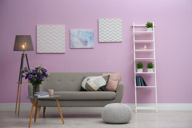 Современный интерьер живущей комнаты с удобной софой около стены цвета стоковая фотография rf
