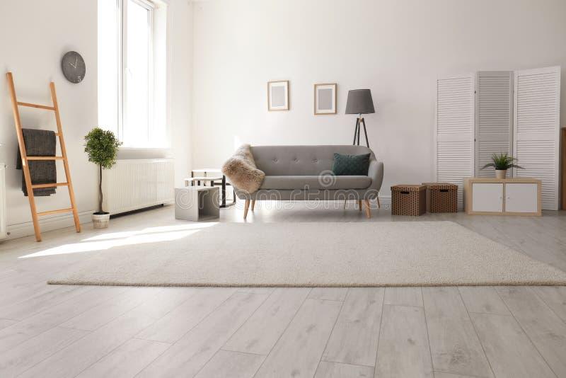 Современный интерьер живущей комнаты с удобной софой стоковое фото rf