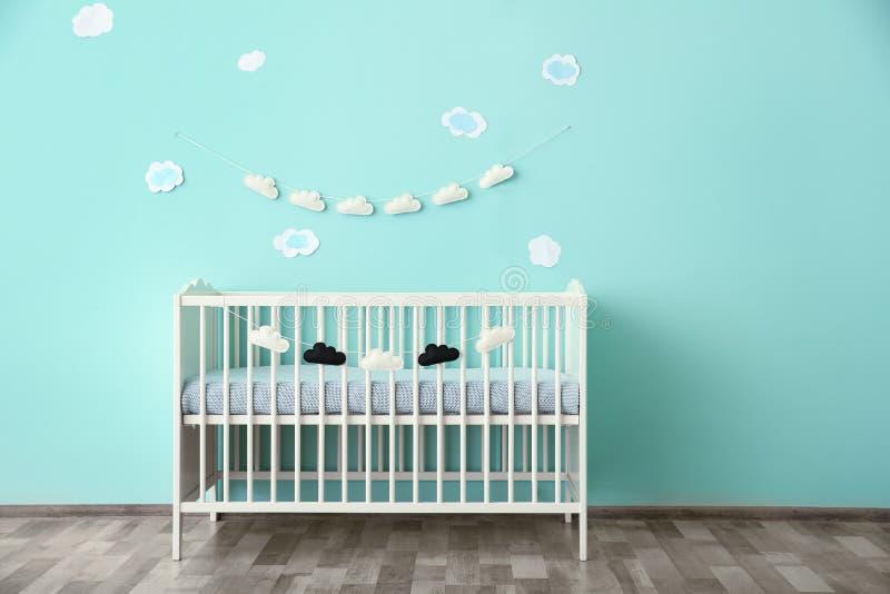 Современный интерьер комнаты младенца стоковые изображения rf
