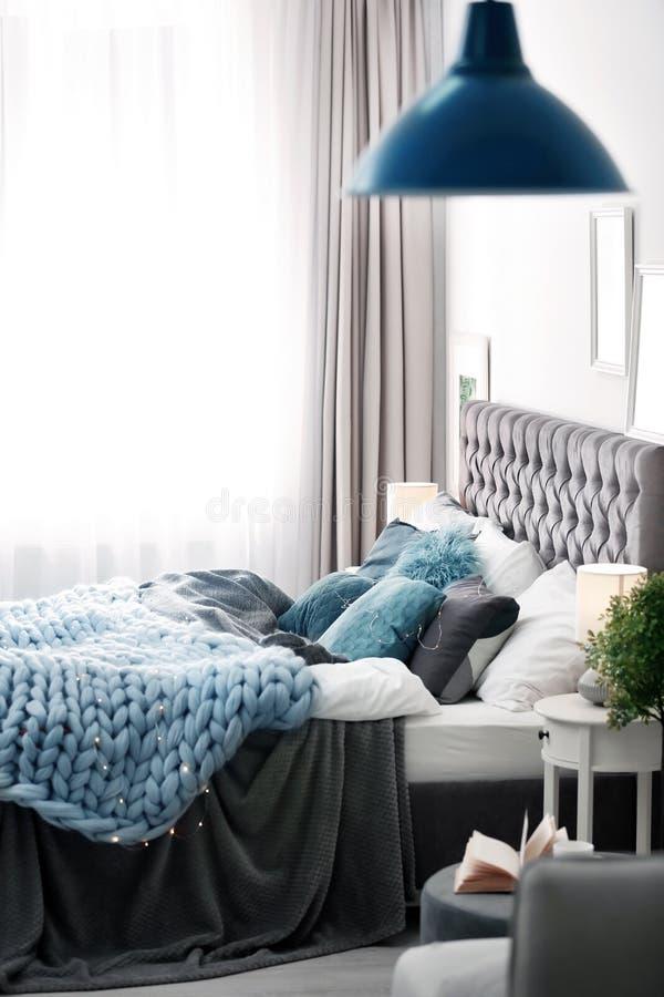 Современный интерьер комнаты с кроватью стоковые фотографии rf
