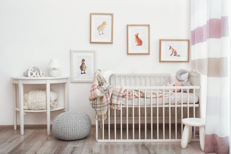 Современный интерьер комнаты ` s ребенка с изображениями стоковая фотография