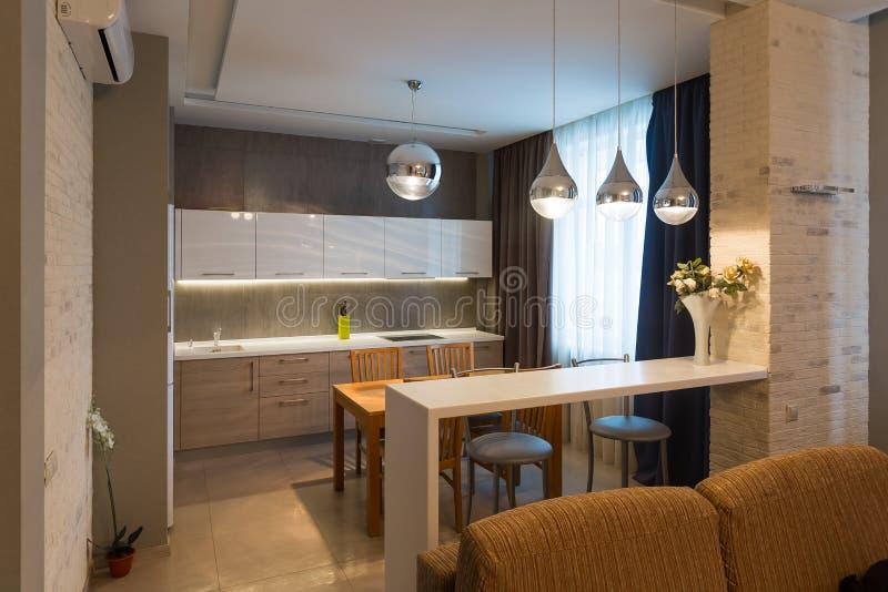 Современный интерьер кухни в новом роскошном доме, квартире стоковое фото rf