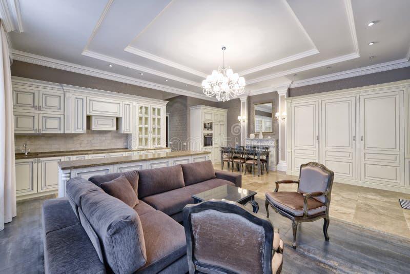 Современный интерьер кухн-живя комнаты в просторной квартире в ярких цветах стоковая фотография rf