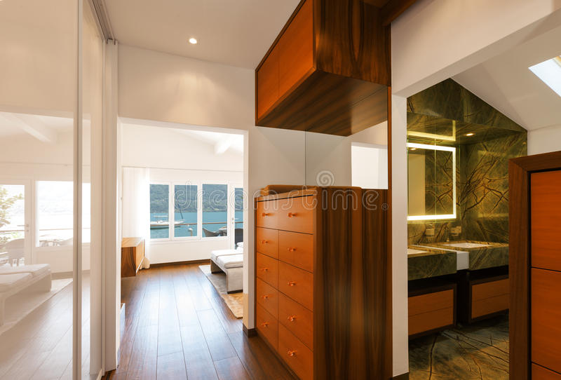 Современный интерьер дома, ванная комната коридора обозревая стоковые изображения rf