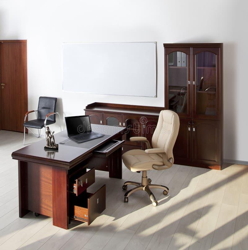 Современный интерьер офиса освобождает людей стоковые фото