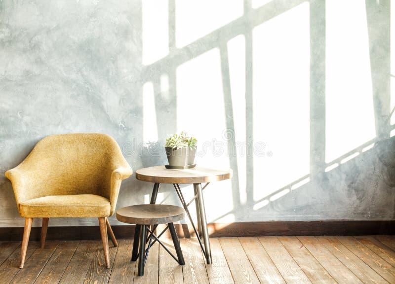 Современный интерьер просторной квартиры на солнечный светлый день стоковые фотографии rf