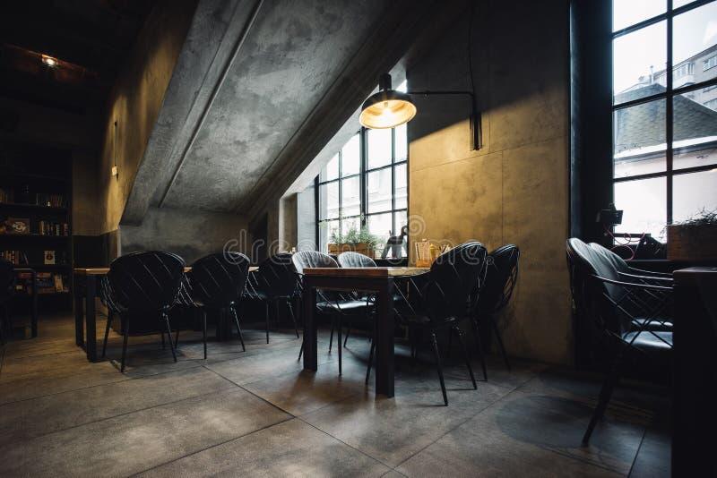 Современный интерьер ресторана просторной квартиры стоковые изображения rf