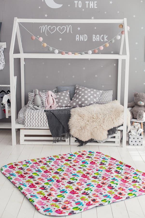 Современный интерьер спальни ` s ребенка с ковром в фронте стоковые изображения