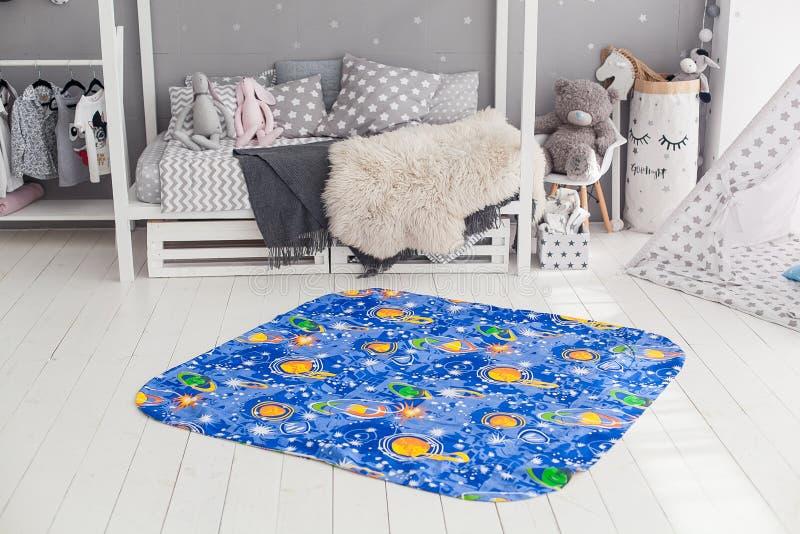 Современный интерьер спальни ` s ребенка с ковром в фронте стоковое фото rf