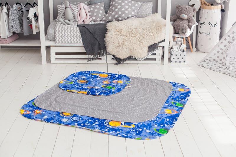 Современный интерьер спальни ` s ребенка с ковром в фронте стоковое изображение