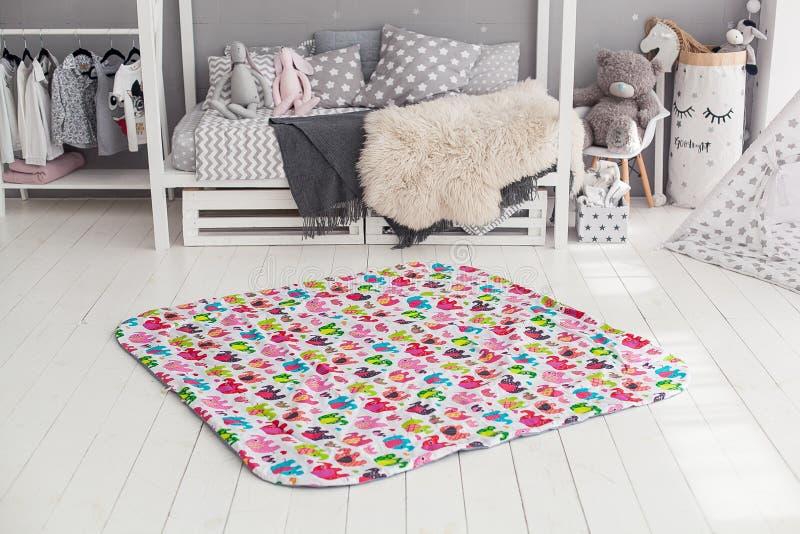Современный интерьер спальни ` s ребенка с ковром в фронте стоковые фото