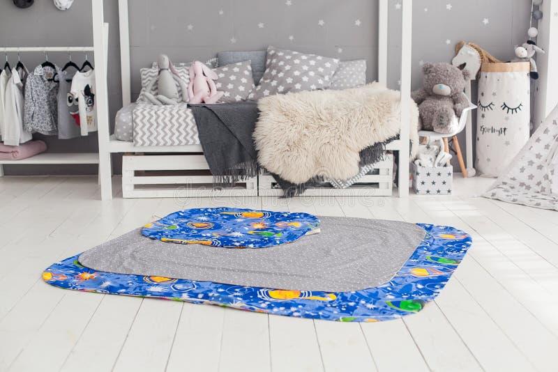 Современный интерьер спальни ` s ребенка с ковром в фронте стоковые фотографии rf