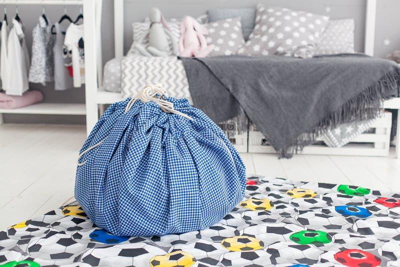 Современный интерьер спальни ` s ребенка с ковром и сумки в фронте стоковые фото