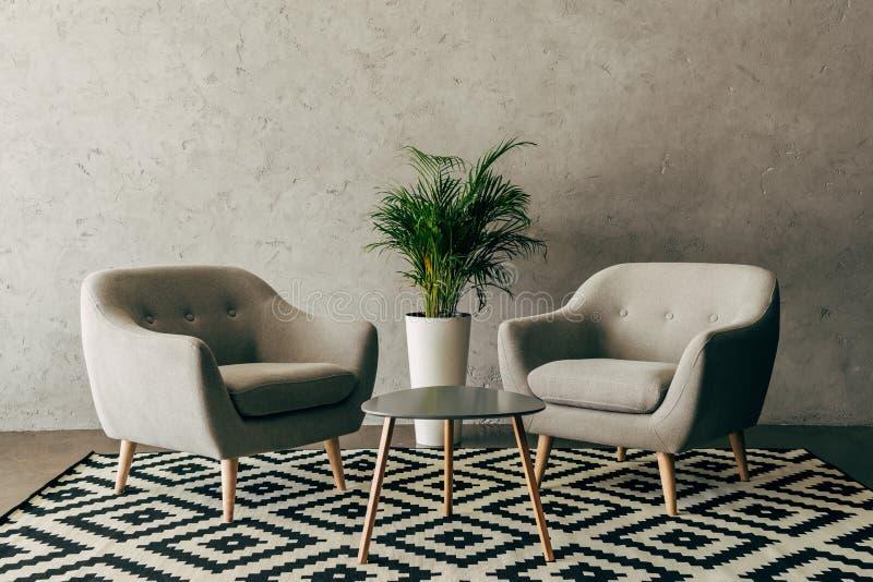 современный интерьер с винтажной мебелью в стиле просторной квартиры с бетонной стеной стоковое изображение rf