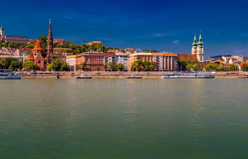 Современный и старинное здание на Дунае стоковая фотография rf