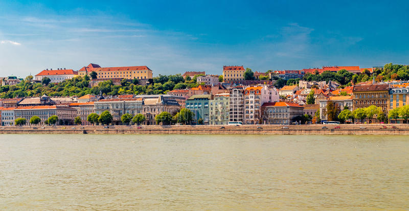Современный и старинное здание на Дунае стоковые изображения