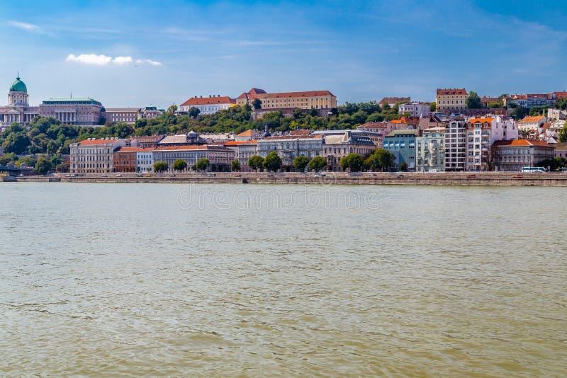 Современный и старинное здание на Дунае стоковые фотографии rf