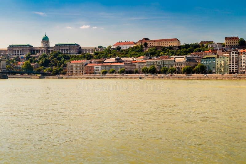 Современный и старинное здание на Дунае стоковое изображение rf