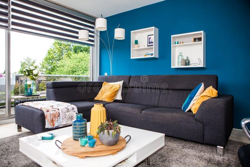 Современный и теплый интерьер живущей комнаты стоковые фотографии rf