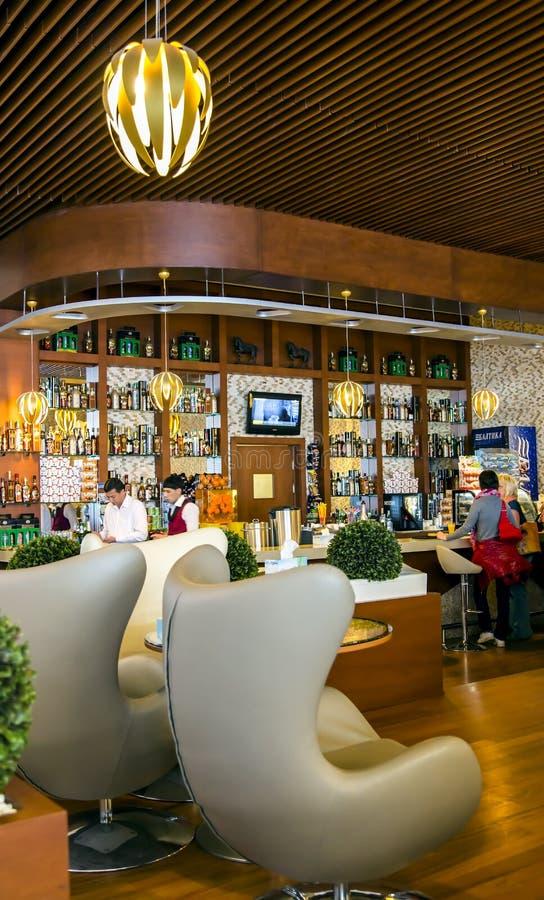 Современный и удобный бар на территории авиапорта стоковые фото