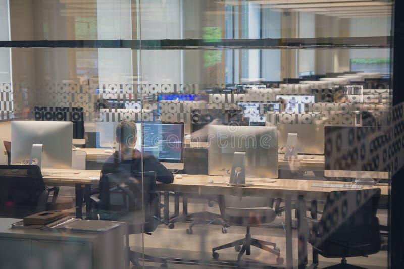 Современный класс компьютера через окно стоковое фото rf