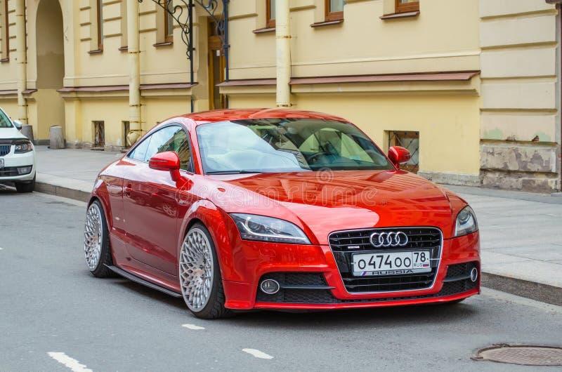 Современный красный автомобиль Audi Россия, Санкт-Петербург, июнь 2017 стоковое изображение