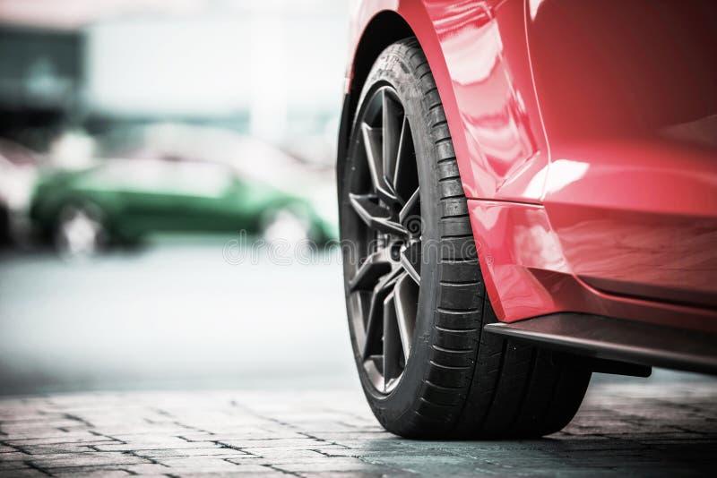 Современный крупный план колеса автомобиля стоковая фотография