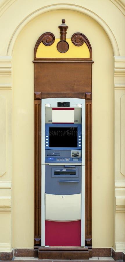 Современный крытый банковский автомат на банке стоковое фото rf