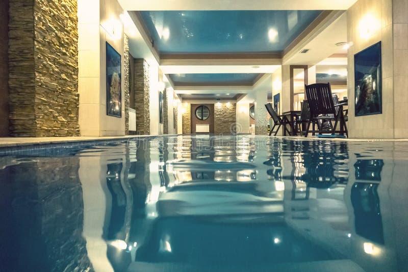 Современный крытый бассейн в SPA на гостинице стоковые фото