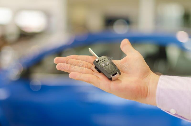 Современный ключ автомобиля на открытом мужском handbreadth стоковое изображение rf