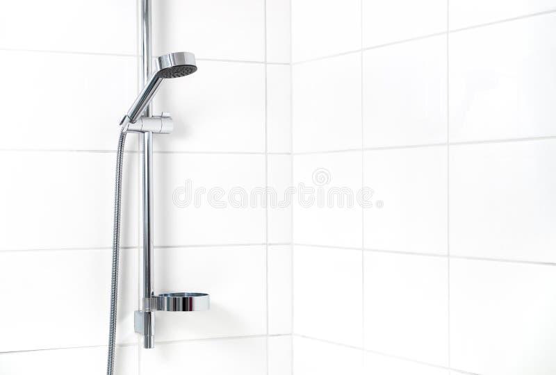 Современный ливень с белыми плитками стены стоковая фотография rf