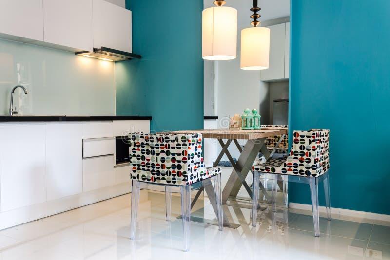 Современный малый интерьер кухни стоковое фото rf