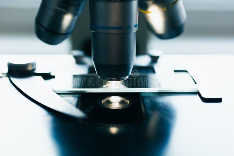 Современный микроскоп в лаборатории стоковое изображение rf