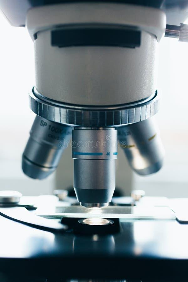 Современный микроскоп в лаборатории стоковое фото