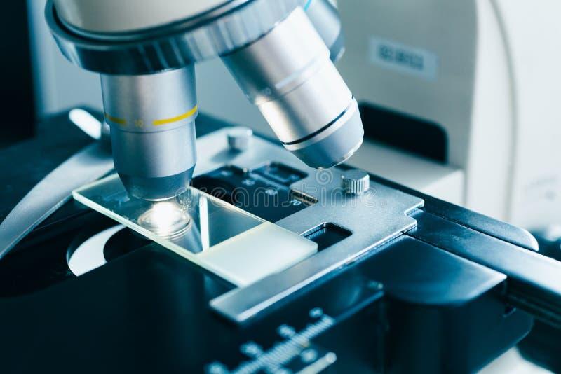 Современный микроскоп в лаборатории стоковые изображения