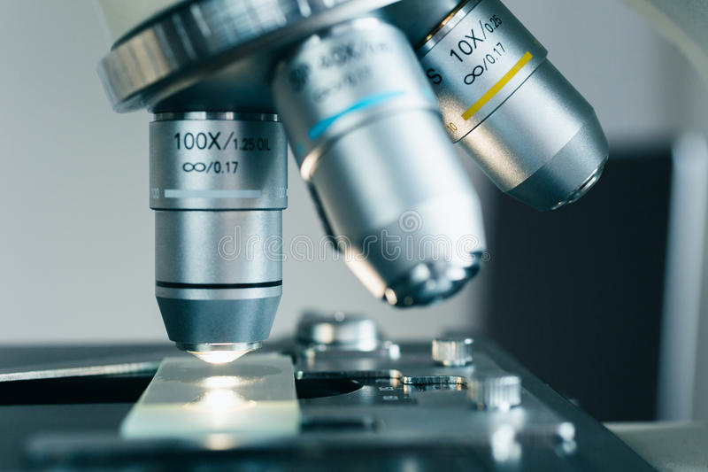 Современный микроскоп в лаборатории стоковые фото