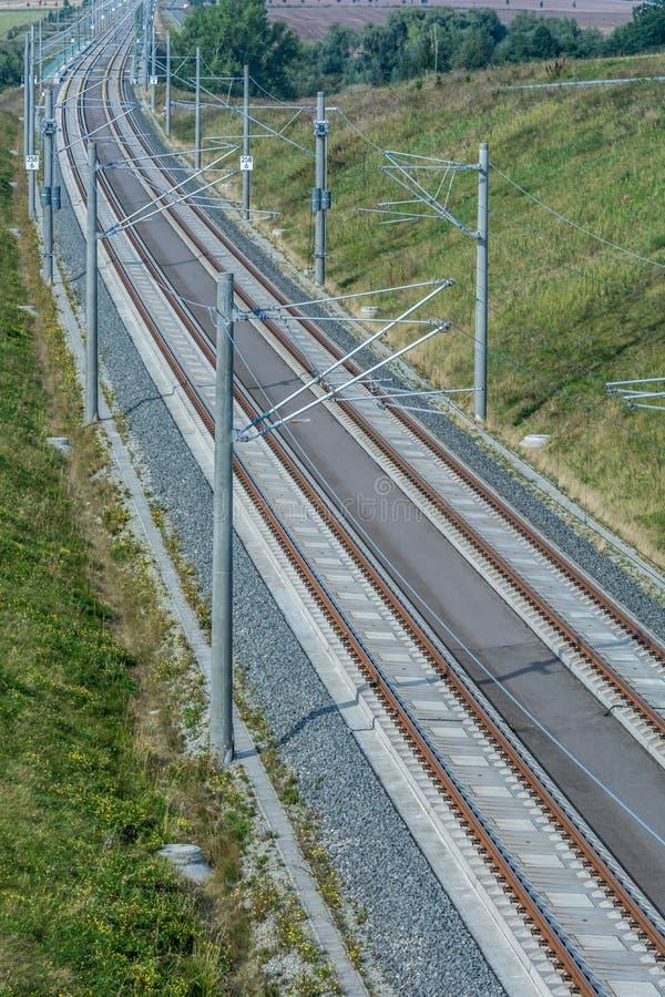 Современный многоколейный железнодорожный путь с надземными линиями стоковая фотография rf