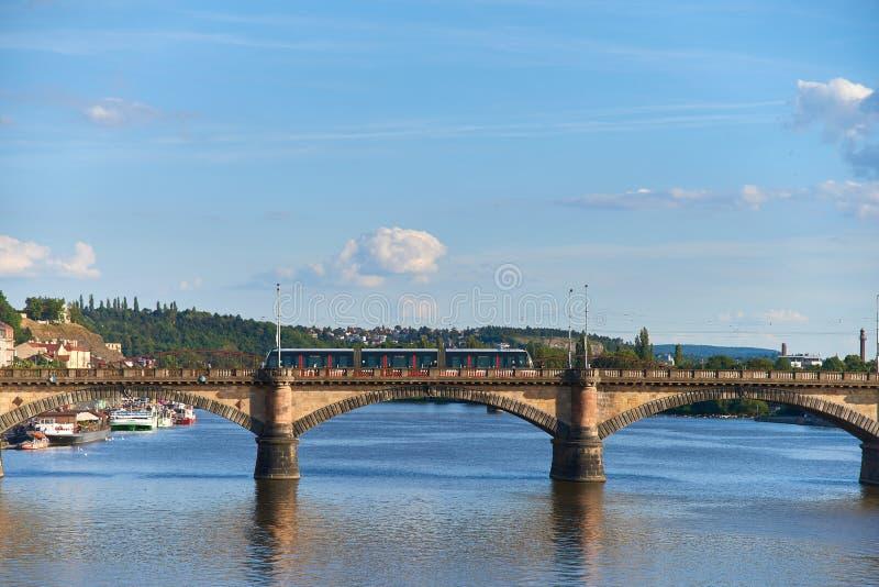 Современный мост скрещивания трамвая над рекой Влтавы в Праге стоковое изображение rf