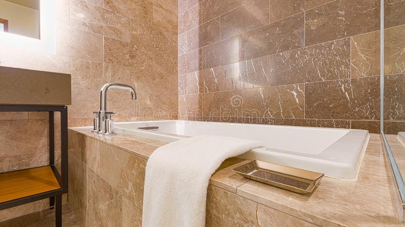 Современный современный мрамор крыл ванную комнату черепицей стоковое изображение