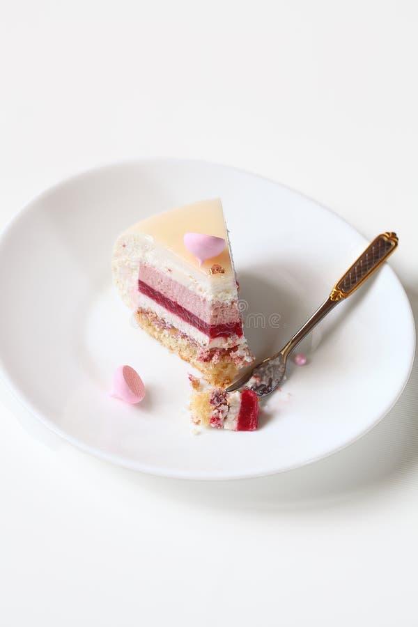 Современный наслоенный торт мусса йогурта стоковые изображения rf