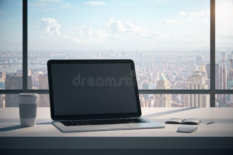 Современный настольный компьютер с пустой компьтер-книжкой стоковое изображение
