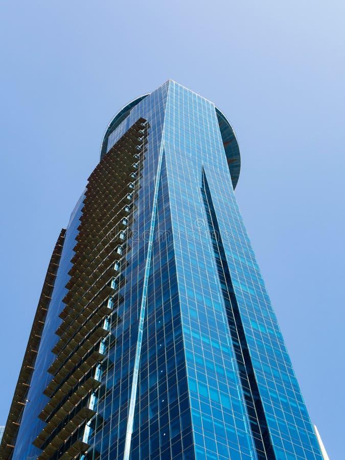 Современный небоскреб с застекленным фасадом на предпосылке голубого неба Финансовая концепция стоковая фотография rf