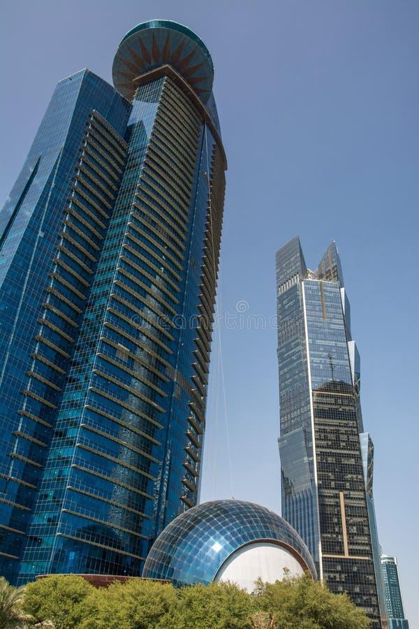Современный небоскреб с застекленным фасадом на предпосылке голубого неба r стоковое фото