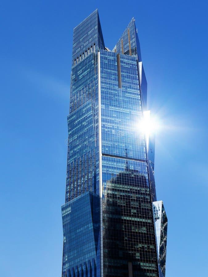Современный небоскреб с самым интересным солнца на предпосылке голубого неба, вертикальной Башня ладони в Катаре стоковое изображение
