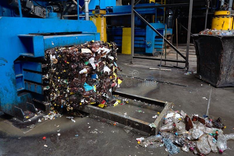 Современный ненужный сортировать и завод по переработке вторичного сырья, гидравлическая пресса делают стоковые изображения rf