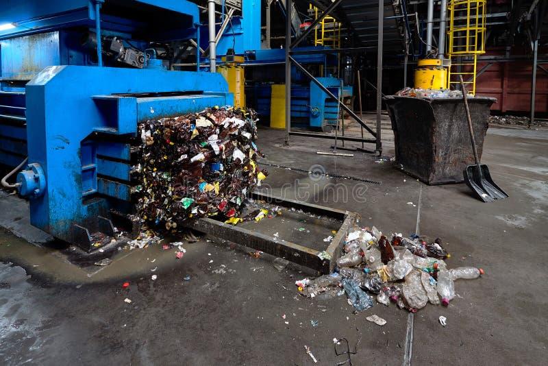 Современный ненужный сортировать и завод по переработке вторичного сырья, гидравлическая пресса делают стоковая фотография