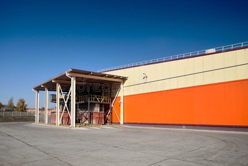 Современный ненужный сортировать и завод по переработке вторичного сырья Место пересылки контейнеров отброса под чистым ландшафто стоковое фото