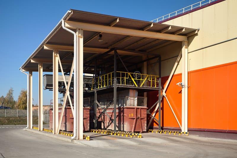 Современный ненужный сортировать и завод по переработке вторичного сырья Место пересылки контейнеров отброса с ландшафтом видео-  стоковые фото