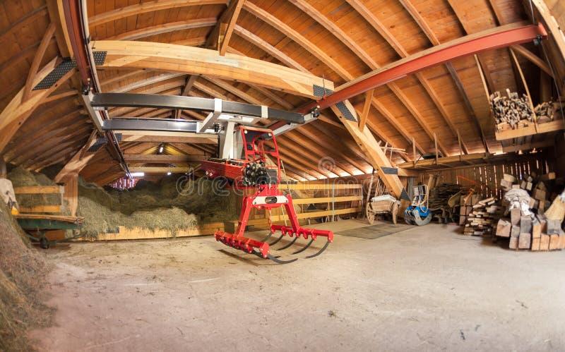 Современный новый сеновал во время haymaking стоковое изображение rf