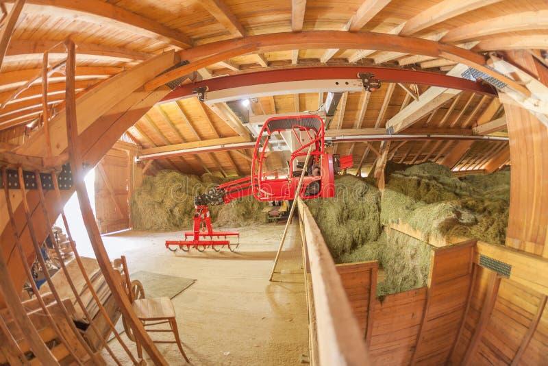 Современный новый сеновал во время haymaking стоковые фото